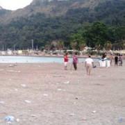 La spiaggia del Poetto ogni giorno trasformata in discarica! Sindaco Zedda, è il momento di scramentare gente: per segnare il cambiamento con il passato