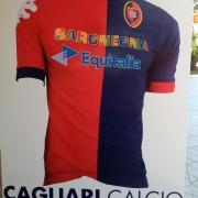 SCOOP! Travolta dalle polemiche, la Tirrenia rinuncia al Cagliari! Ecco le maglie con il nuovo sponsor scelto da Cellino! E come se non bastasse, quattro spunti di riflessione
