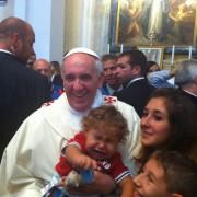 """""""Scusi Papa, possiamo fare una foto con lei?"""". Francesco a Cagliari in sedici immagini (e due riflessioni)"""